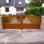 Portail PVC cadre inox intégré plaxé bois