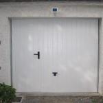 Porte basculante avec portillon intégré